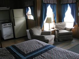 2 rooms, queen bed, kitchen